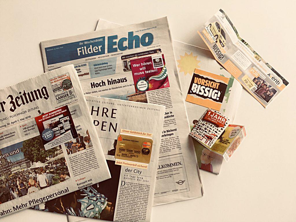 Memostick auf Zeitungen