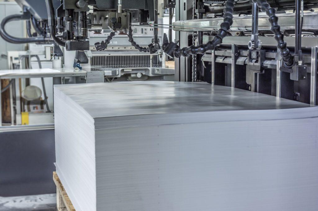 Papierbogen in Druckmaschine